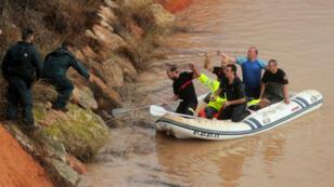 Tras las fuertes inundaciones en Pilar de la Horadada, España, una persona quedó varada dentro de un túnel el 13 de septiembre y fue rescatada por un equipo de rescate.