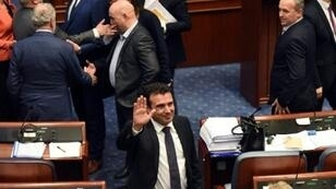 رئيس الوزراء المقدوني زوران زايف في مجلس النواب بعد المصادقة على تغيير اسم مقدونيا في 11 كانون الثاني/يناير 2019.