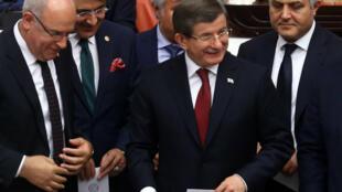 Le Premier ministre turc sortant  Ahmet Davutoglu (au centre) et des députés votent au Parlement turc, à Istanbul, le 20 mai 2016.