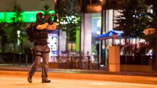 Un policier sécurise la zone autour du centre commercial Olympia Einkaufzentrum de Munich, le 22 juillet, après une fusillade.