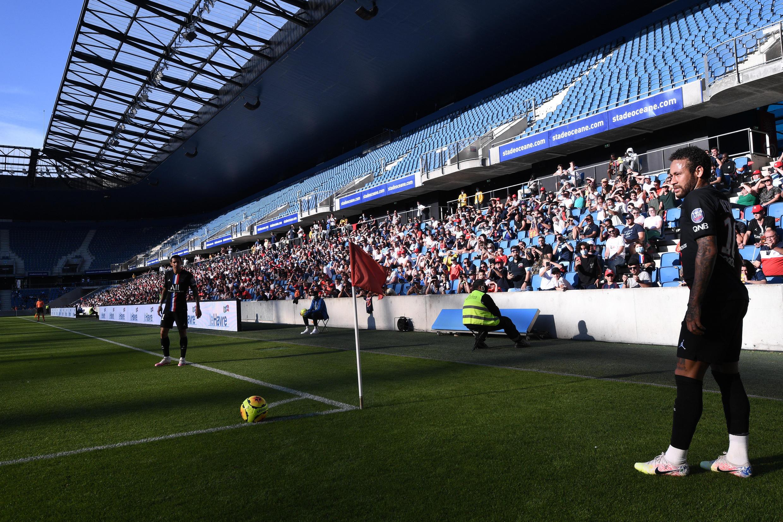 Près de 5.000 supporters de football ont pu voir le match amical entre Le Havre et le PSG le 12 juillet 2020