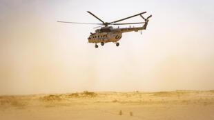 مروحية تابعة لبعثة الامم المتحدة في الصحراء الغربية تحلق فوق المنطقة المقسومة في 25 تشرين الثاني/نوفمبر.