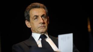 Nicolas Sarkozy tente d'éteindre le feu au sein de son parti en proposant un compromis sur le vote des Français de l'étranger à la primaire.