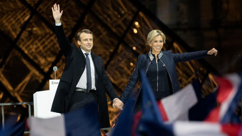 Emmanuel et Brigitte Macron, dimanche soir, dans la cour du Musée du Louvre.