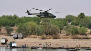 Le 19 mai 2017, un hélicoptère de l'armée survole la ville de Gao, au Mali, lors d'une visite sur le terrain du président Macron.