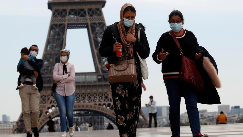 A medida que Francia avanza en el desconfinamiento ante el Covid-19, cada vez más personas salen a las calles, como estas que caminan en la plaza de Trocadero, en la Torre Eiffel en París, el 16 de mayo de 2020.