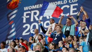 Un grupo de aficionados anima antes del partido entre Francia y Nigeria en Rennes. 17 de junio de 2019.