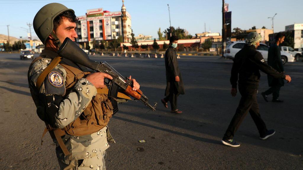 Un policía afgano vigila un puesto de control en Kabul, Afganistán, el 28 de septiembre de 2019.
