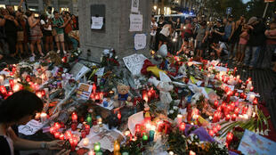 Après les attentats du 17 août en Catalogne, des fleurs et des bougies ont été déposées sur La Rambla en hommage aux victimes.