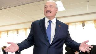 Le président bélarusse Alexandre Loukachenko au bureau de vote le 11 octobre 2015.