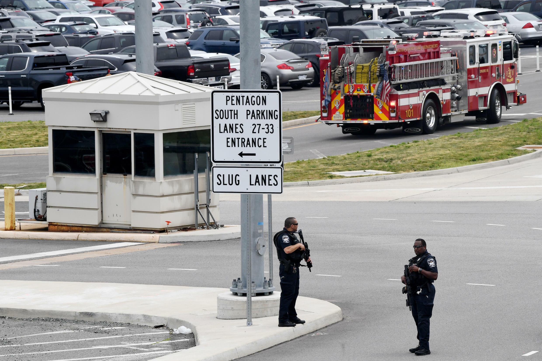 شرطيّان يقفان قرب أحد مداخل وزارة الدفاع الأميركيّة، بعد إطلاق نار على بُعد أمتارٍ قليلة من مقرّها، الثلاثاء 3 آب/أغسطس 2021.