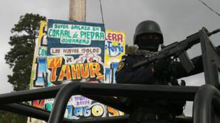 Un oficial de policía monta guardia después de un tiroteo durante un evento, en Leonardo Bravo, México. 21 de junio, 2018.