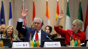 El Secretario de Estado de los Estados Unidos, Rex Tillerson, y la Ministra de Asuntos Exteriores de Suecia, Margot Wallstrom, votan durante una reunión sobre la Alianza Internacional contra la Impunidad para el Uso de Armas Químicas, en París.