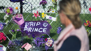 Des centaines de fans de Prince sont venus rendre hommage à leur idole devant sa propriété située près de Minneapolis.