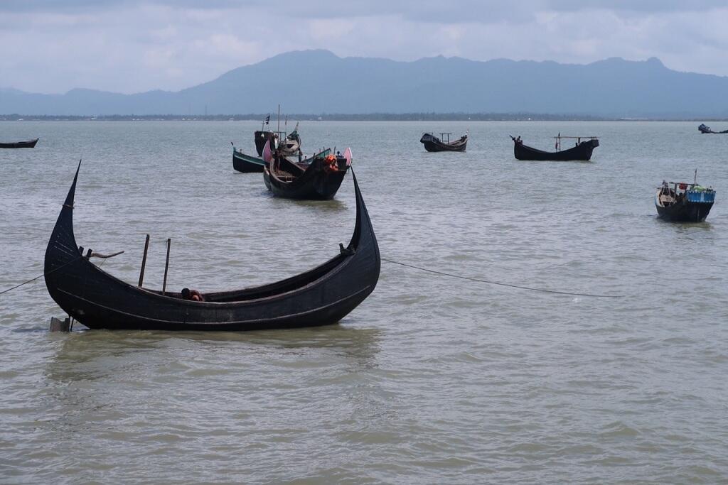 مراكب راسية وتبدو التلال البورمية