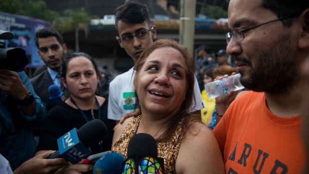 Yamile Saleh, madre del exdirigente estudiantil Lorent Saleh, habla con la prensa en su llegada a las puertas del Servicio Bolivariano de Inteligencia(Sebin), en busca de noticias de su hijo, el viernes 12 de octubre de 2018, en Caracas, Venezuela.