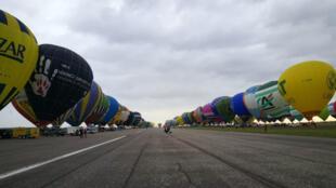 456 montgolfières ont décollé en ligne vendredi matin sur l'aérodrome de Chambley, dans l'est de la France.