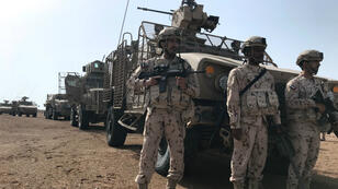 Des membres de l'armée émiratie sécurisent une zone pendant une opération de déminage à Al-Mokha, au Yémen, le 6 mars 2018.