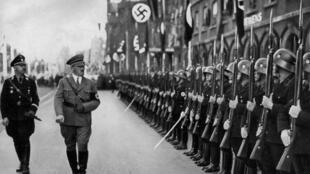 Adolf Hitler inspecte ses troupes en Allemagne en 1935.