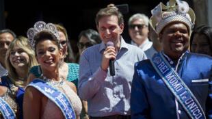 """Vendredi 9 février, Marcelo Crivella, le maire de Rio de Janeiro, remet les clefs de la ville au """"roi Momo"""", donnant le coup d'envoi du carnaval qui s'achevera mercredi."""