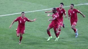 لاعبو المنتخب القطري يحتفلون بإحراز الهدف الرابع في مرمى المنتخب الإماراتي في مباراة نصف نهائي كأس آسيا