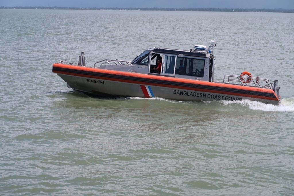 قارب لخفر السواحل البنغلادشي أثناء دورية في نهر الناف.