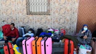 مغاربة عالقون في إسبانيا ينتظرون إعادتهم الى بلادهم في جيب سبتة في 22 أيار/مايو 2020
