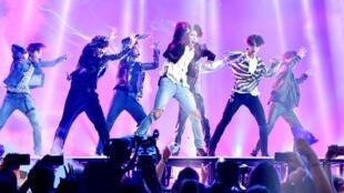 Le groupe de K-pop BTS en tête des charts américains.