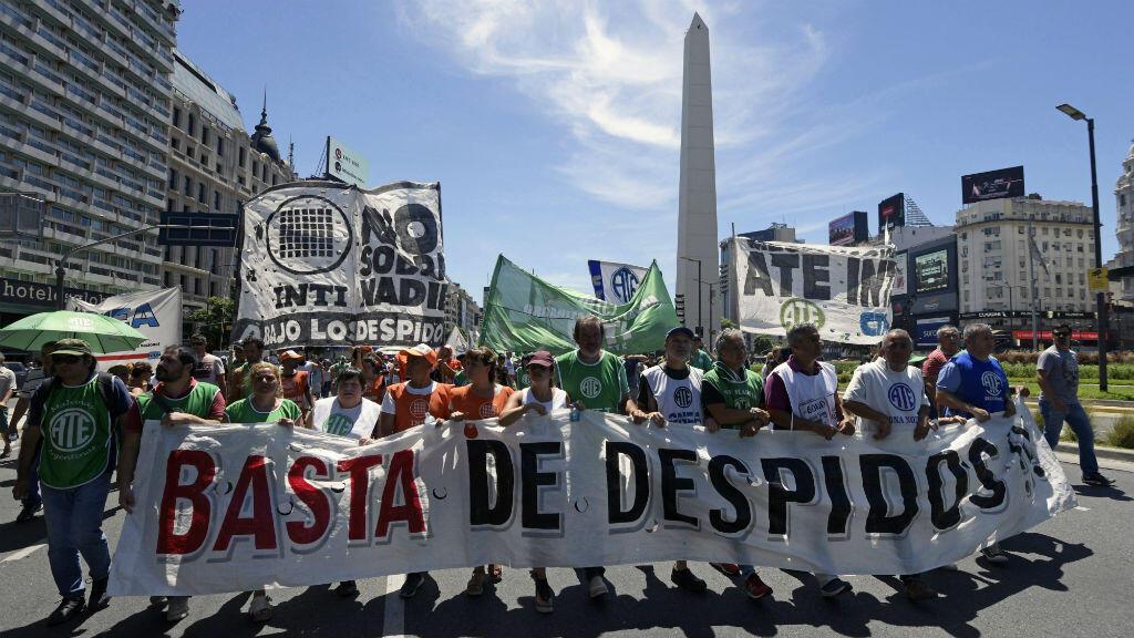 Funcionarios públicos marchan por la Avenida 9 de Julio en Buenos Aires para protestar contra los despidos en el sector público, el 15 de febrero de 2018.