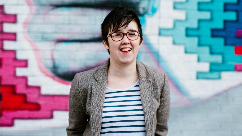 La periodista Lyra McKee sonríe frente al Sunflower Pub en Union Street durante una sesión de retratos en Irlanda del Norte , 19 de mayo de 2017.