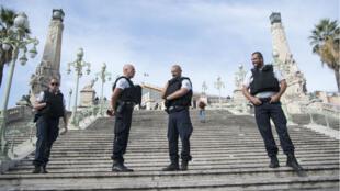 عناصر من الشرطة أمام محطة سان شارل للقطارات في مدينة مرسيليا الفرنسية 1 تشرين الأول/أكتوبر 2017