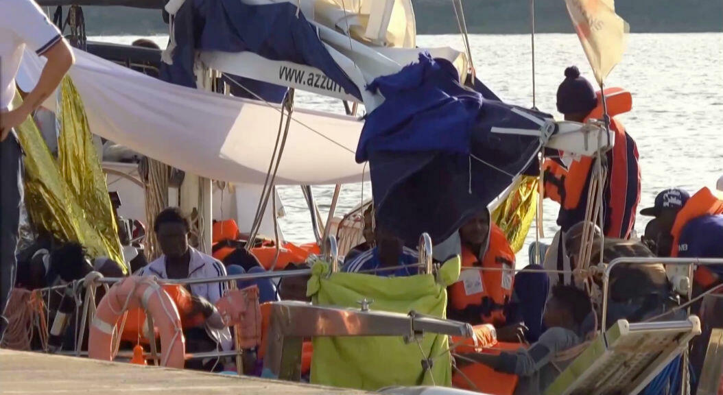 Imagen de video de Reuters televisión, que muestra a un grupo de los 41 migrantes a bordo del velero, de 20 metros de eslora, de la ONG Mediterránea, tras llegar al puerto de Lampedusa, el 6 de julio de 2019.