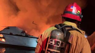El personal del Departamento de Bomberos del Condado de Ventura responde al incendio de un bote en una embarcación de 23 metros frente a la Isla Santa Cruz, California , EE. UU., 2 de septiembre de 2019.