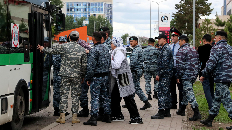 Agentes de la Policía detienen a seguidores de la oposición en una calle de Nur-Sultan, este lunes 10 de junio.