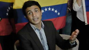 El estudiante y presidente de la organización no gubernamental venezolana Operación Libertad, Lorent Saleh, durante una reunión con el expresidente de Costa Rica, Óscar Arias (fuera de cuadro), en San José, el 13 de febrero de 2014.
