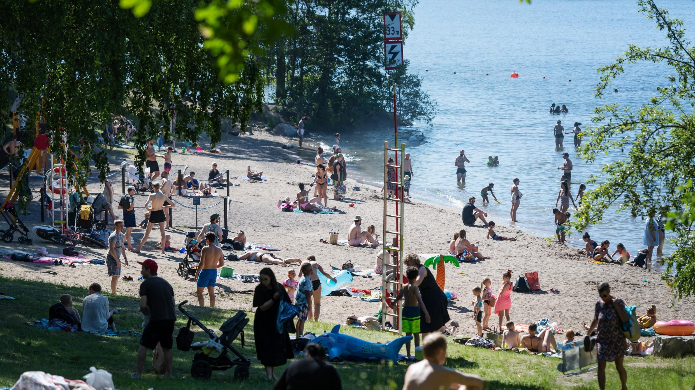 La gente disfruta de las temperaturas de verano en la playa de Malarhojdsbadet en el lago Malaren en Estocolmo, Suecia, el 23 de junio de 2020.