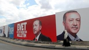 """ملصقات لحملة التصويت بـ """"نعم"""" في الاستفتاء على توسيع صلاحيات الرئيس التركي"""