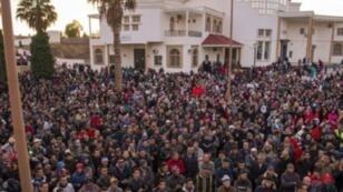 مغربيون يتظاهرون احتجاجا على الأوضاع الاقتصادية شمال شرق مدينة جرادة في 20 كانون الثاني/يناير 2018