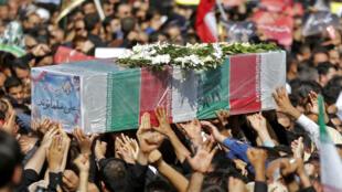 Los iraníes portan el cadáver de una víctima durante un multitudinario funeral de quienes murieron durante un ataque a un desfile militar el pasado sabado, en la ciudad suroccidental iraní de Ahvaz, el 24 de septiembre de 2018.