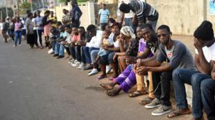 La gente espera para emitir su voto durante las elecciones presidenciales de Sierra Leona en Freetown, el 7 de marzo de 2018.