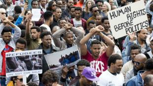 Des migrants africains manifestent devant l'ambassade du Rwanda dans la ville israélienne de Herzliya le 7 février 2018.
