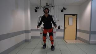 Un paciente tetrapléjico camina usando un exoesqueleto en Grenoble, Francia, en febrero de 2019.