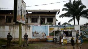 Deux soldats de la force Sangaris montent la garde devant l'entrée du quartier musulman PK5, à Bangui, le 8 juillet dernier.