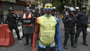 Un manifestant peint aux couleurs du drapeau vénézuélien dans les rues de Caracas, le 4 mai 2019.