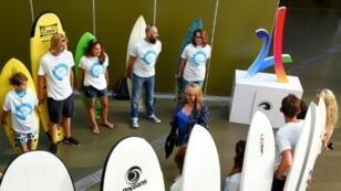 Des surfeurs se félicitent du partenariat entre Bordeaux et Lacanau pour une candidature de la station balnéaire à accueillir des épreuves de surf aux JO 2024, le 12 juillet 2019 à Bordeaux