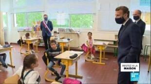2020-05-05 13:01 Covid-19 en France : Masqué, Macron visite une école de Poissy pour rassurer sur la rentrée
