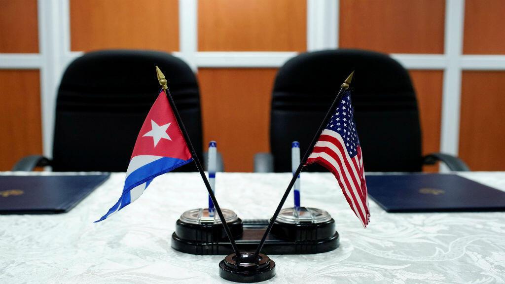 Las banderas de Estados Unidos y Cuba antes de la firma de acuerdos entre el Puerto de Cleveland y las autoridades cubanas y marítimas en Cuba, el pasado 6 de octubre de 2017.
