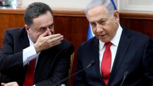 رئيس الوزراء الإسرائيلي بنيامين نتانياهو يستمع إلى وزير الخارجية الإسرائيلي كاتز خلال اجتماع مجلس الوزراء الأسبوعي في القدس 27 أكتوبر/ تشرين الأول 2019.