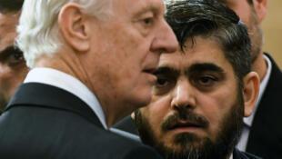 L'envoyé spécial de l'ONU, Staffan de Mistura, et Mohammad Allouch, un cadre du groupe rebelle Jaich al-Islam.