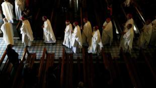 Des évêques quittent la Basilique Notre-Dame du Rosaire après une messe lors de la Conférence des évêques de France, le 4 novembre 2016, à Lourdes.